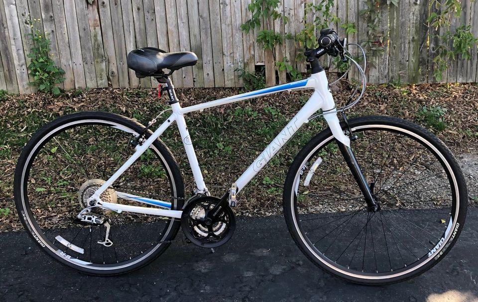 Used Giant Escape MD Hybrid/Fitness Bike – $430